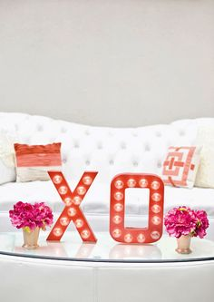 If you spotted the XO Marquee Sign in our Valentine's Day Date Night Spread for Lauren Conrad and liked it, you are in luck today! We are sharing the full DIY tutorial. Valentines Day Date, Valentines Design, Valentines Diy, Valentine Day Table Decorations, Light Decorations, Galentines Day Ideas, Marquee Sign, Light My Fire, Valentine Wreath