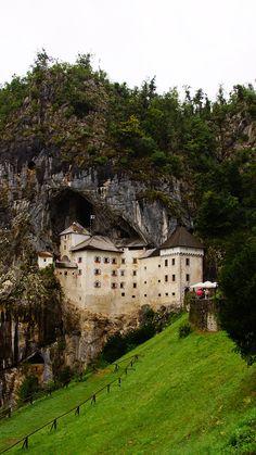Zamek Predjamski, Słowenia Mansions, House Styles, Blog, Travel, Home Decor, Viajes, Decoration Home, Manor Houses, Room Decor