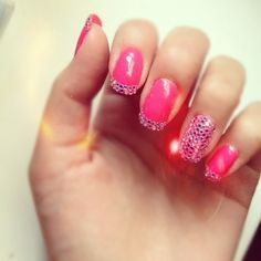 Snygga naglar med paljetter eller rhinestones. Pillrigt men snyggt!