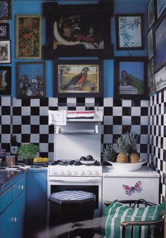 Peter Hinwood's London kitchen I have always put art in my kitchen. This is so interesting for a small space.