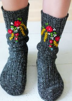 Hand embroidered socks - made by www.bonthuishouden.nl