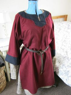 Woollen viking tunic with linen undertunic by The Midgard Seamstress, via Flickr