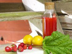 Rabarber- och jordgubbssaft med citron och mynta Fancy Drinks, Summer Drinks, Hot Sauce Bottles, Lunch Recipes, Healthy Snacks, Juice, Berries, Deserts, Sweets