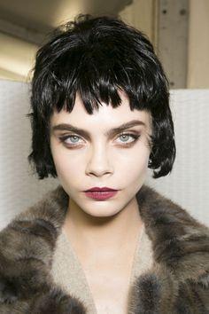 Louis Vuitton / Fall 2013 / les cheveux et le maquillage rappellent la vague des nouveaux rockeurs dans les années 80. La courte perruque noire, les yeux brillant et le rouge vermeil sont réunis !