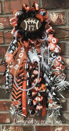 Orange black and white garter mum. Homecoming mums designed by crafty bug Orange black and white garter mum. Homecoming mums designed by crafty bug Big Homecoming Mums, Football Homecoming, Homecoming Garter, Homecoming Spirit, Homecoming Outfits, Homecoming Ideas, Football Mums, Football Decor, Cute Crafts