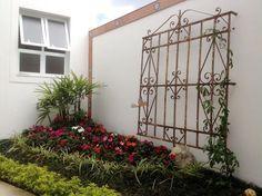 Quintal casa alugada ideias simples - Casas Possíveis Wrought Iron Decor, Iron Wall Decor, Wrought Iron Gates, Outdoor Spaces, Outdoor Living, Outdoor Decor, Porches, Buy Flowers Online, Patio Wall