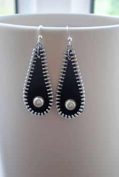 Zipper & faux pearl earrings.  worldwide delivery. I love these zipper crafts!