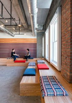 Shout it Out: Yelp's San Francisco HQ by Studio O+A – Modern Corporate Office Design Office Lounge, Office Seating, Lounge Seating, Reception Seating, Seating Areas, Lounge Areas, Corporate Interiors, Office Interiors, Corporate Offices