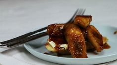 Coat bananas in sugary syrup and place upon spongy and delicious French toast. Baking Recipes, Healthy Recipes, Make French Toast, Latest Recipe, Recipe Of The Day, Easy Dinner Recipes, Food Videos, Caramel, Bananas