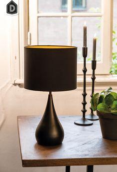 Tafellamp Svante is een moderne, ronde lampvoet met een mat zwarte afwerking. Wat tafellamp Svante extra leuk maakt, is dat hij geleverd wordt inclusief bijpassende zwarte lampenkap. Door het moderne ontwerp en het retro karakter is de lamp perfect te gebruiken als tafel-, bureau- of leeslamp in elk interieur.   #dutchhomelabel#lightandliving#lightliving #verymodern #tafellamp #retro#interieurinspiratie  #interieurstyling#binnenkijken Table Lamp, Lighting, Retro, Home Decor, Products, Matte Black, Contemporary Design, Home Decor Accessories, Timber Wood