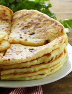 Indian bread paratha Paratha Indian Bread - Recipe Substances: 150 g entire wheat flour, 50 g white wheat flour, 15 cl lukewarm water, three pinches of salt, sunflower oil Cooking Bread, Cooking Recipes, Tiffin Recipe, Food Porn, Good Food, Yummy Food, Ramadan Recipes, India Food, Yummy Appetizers