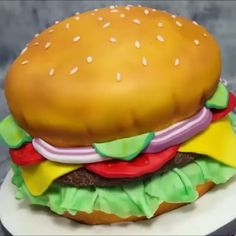 cake decorating videos How to make a hamburger cake? It might seem a real hamburger at the first sight, but it's just a cake! Credit: Just Cake It - Cake Decorating Cakes That Look Like Food, Just Cakes, Real Food Recipes, Cake Recipes, Cooking Recipes, Yummy Food, Cake Decorating Videos, Cake Decorating Techniques, Bolo Lego