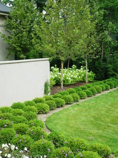 Boxwood Gardens look amazing and they make every outdoor area look special and unique. Here are 24 amazing ideas for Boxwood Garden that are so beautiful. Boxwood Landscaping, Boxwood Garden, Garden Shrubs, Landscaping Jobs, Landscaping Software, Landscape Design, Garden Design, Most Beautiful Gardens, Traditional Landscape