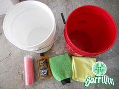 Limpia pisos, paredes y vidrios con dos cubetas de agua; una para limpiar y otra para enjuagar. No abuses de los productos de limpieza.