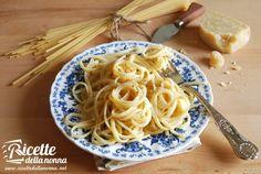 Le bavette con salsa al grana sono un primo piatto a base di pasta dal sapore delicato che esalta pochi semplici ingredienti ed è velocissimo da preparare.