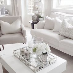 Coming in hot with some coffee table inspo. Table Decor Living Room, Glam Living Room, Room Interior, Interior Design Living Room, Living Room Designs, Living Room Inspiration, Interior Inspiration, Deco Studio, Decoration Table