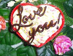 Een liefdevol, gezellig en héérlijk dessert voor Valentijnsdag. Met een zelfgemaakte chocolade decoratie. Van deze tekst wordt iederéén toch blij :-) Het recept op mijn blog: http://heerlijke-recepten.blogspot.nl/