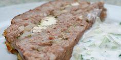 Du bliver simpelthen nødt til at smage dette græske farsbrød, serveret med agurkesalat.