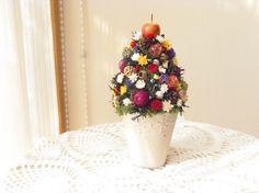 白い陶器の花器にドライフラワーやプリザーブドフラワー、木の実などをカラフルにお花畑のようにアレンジしましたクリスマスにコンパクトにお部屋のディスプレイにぴった...|ハンドメイド、手作り、手仕事品の通販・販売・購入ならCreema。
