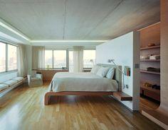 Como distribuir o quarto se você quer um closet: abuse das araras, das alturas e dos espaços atrás da cama