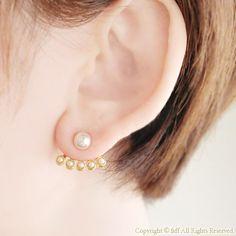 耳たぶに沿って極小のパールが5粒並んで覗くデザインが可愛いピアスです♡パールのスタッドピアススワロフスキーのスタッドピアスパール付きピアスチャーム(ピアスジャ...|ハンドメイド、手作り、手仕事品の通販・販売・購入ならCreema。