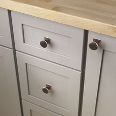 Complete with rustic details, these round knobs with a square base bring strong, sophisticated accents to your space. Discover more today… Kitchen Knobs And Pulls, Kitchen Cabinet Pulls, Cabinet Decor, Cabinet Hardware, Bronze Kitchen, Ceramic Knobs, Diy On A Budget, Rustic, Ceramics