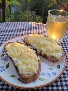 Überbackenes Zwiebelbrot Zutaten (für 1 Person): 2 große Scheiben Brot 1 mittelgroße Zwiebel ca. 3 EL Schmand, Sauerrahm (20 % Fett) oder Crème fraîche Salz, Pfeffer etwas Käse zum Überbacken (z. B. Emmentaler)