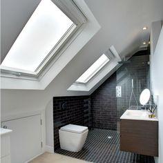 Badkamer op zolder, onder schuin dak, met twee dakramen
