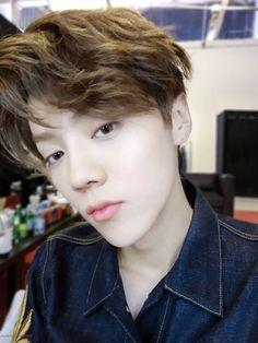 鹿晗 Luhan Weibo update Eu acho os traços faciais do luhan lindos demais  Principalmente esse rosto fino