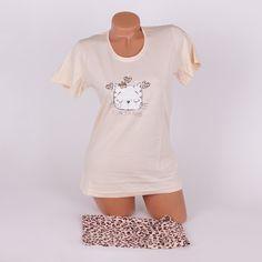 Лятна дамска пижама, изработена от нежен памук в две части - тениска и къси панталонки. Тениската е с къси ръкави и е в светъл карамелен цвят, с обло деколте и сладка апликация на спящо коте по средата. Панталонките са къси, с основа бледо бежов цвят и леопардов принт в кафяво.