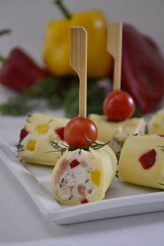 rulouri cu somon si cascaval Cooking Time, Cooking Recipes, Salty Foods, Romanian Food, Caramel Apples, Starters, Finger Foods, Food Art, Sushi
