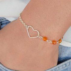 Pulsera Tú y Yo con corazón de Plata de Ley, cadena y Ágata naranja engarzada a mano. Cierre y cadena extensora en Plata de Ley.