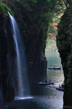 Lenyűgöző Takachiho Gorge vízesések, Japán.