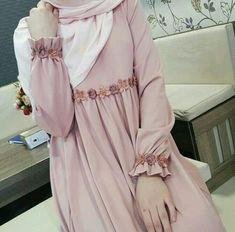 - Tesettür Ayakkabı Modelleri 2020 - Tesettür Modelleri ve Modası 2019 ve 2020 Hijab Gown, Hijab Style Dress, Hijab Chic, Dress Outfits, Abaya Fashion, Modest Fashion, Fashion Dresses, Fashion Muslimah, Estilo Abaya