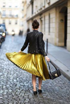 Tendência: saia plissada metalizada, com jaqueta de couso e sapatilha
