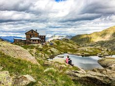 Auszeit in der Natur abseits der Massen. Ein Aktivurlaub in der Tiroler Bergwelt ist genau das Richtige. Mountains, Mansions, House Styles, Nature, Travel, Time Out, Landscape Pictures, Beautiful Places, Hiking