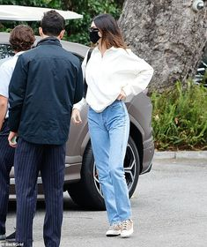 Kendall Jenner cuts a casual figure as she swings by the famous Bel Air Hotel | Daily Mail Online