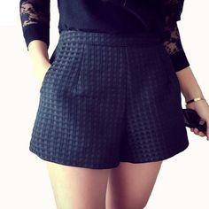 Short matière un peu gaufrée taille M sur l'étiquette mais correspond plutôt à une taille S. #short#femme#noir#taillehaute...