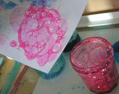 verser dans un verre un peu de liquide vaisselle transparent Ajouter de l'encre colorée assez foncée (éviter le jaune) Éventuellement ajouter un peu d'eau. pr éclaircir la couleur de l'encre mélanger avec une paille . Placer la paille au fond du verre et souffler. ATTENTION ! il faut que les enfants sachent bien SOUFFLER dans la paille ! (pas aspirer!) qd les bulles se forment, appliquer la feuille sur le verre et la soulever aussitôt. Les bulles de mousse éclatent et laissent leur trace.