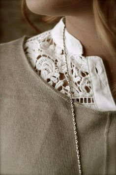 ......I really like the lace blouse under the taupe top, great look. gilet taupe et chemisier en dentelle blanc