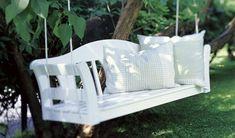 Praxis   Een leuke, romantische schommelbank voor je tuin.