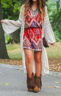 to do the Boho Chic Look for Fall How to dress boho chic in the fall - fringed boots outfit. This is something I would wear in the summerHow to dress boho chic in the fall - fringed boots outfit. This is something I would wear in the summer Mode Hippie, Mode Boho, Hippie Style, Bohemian Style, Bohemian Outfit, Bohemian Fashion, Boho Dress, Bohemian Fall, Gypsy Style