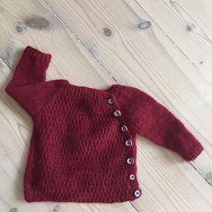 WEBSTA @ sinavona - Følelsen av ferdig...#nyfødtjakka #allyouknitislove #dropsalpaca #barselgave #småstrikk #strikkejakke #knitting #strikking #babyknits #babystrikk #knittersofinstagram