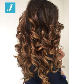 The ombre hair trend has been seducing for some seasons now. More discreet than tie and dye, less classic than sweeping, this new technique of hair. Brown Ombre Hair, Brown Blonde Hair, Ombre Hair Color, Hair Color Balayage, Brunette Hair, Hair Highlights, Gorgeous Hair, Hair Looks, Pretty Hairstyles