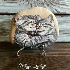 Не смогла удержаться и решила показать камешек с котятами ещё и на подставке - как он будет стоять в интерьере!!!  #рисуюакрилом #рисункинакамнях #рисункинагальке #миниатюрнаяроспись #сувенирныекамни #котята #котятки #мимимишность #рисуюнакамнях #paintedrocks #paintedstone #pebbleartwork #pebblesart #kitten #hand_made_gold #арткамни_ГаЛизО