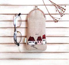 Pouzdro+na+brýle+Domečky+Pouzdro+na+brýle+je+ušito+z+režného+plátna.+Vyztužené+je+vysokogramážní+objemnější+nažehlovací+výztuží.+Pro+větší+pevnost,+pohodlí+a+bezpečnost+brýlí+je+navíc+všitá+pevná+hutná+výztuž,+kterou+používám+i+na+obaly+na+mobil.++Pouzdro+je+podšité+bavlněnou+látkou+české+výroby.+Motiv+je+malovaný+kvalitními+barvami+na+textil.+Barvy...