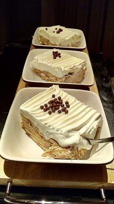 Κάνουμε μια κρέμα: Βάζουμε στην κατσαρόλα 1 λίτρο γάλα να ζεσταθεί,στην συνέχεια ρίχνουμε διαλυμένο σε λίγο γάλα 100 γραμμάρια κορν φλα... Greek Sweets, Greek Desserts, Party Desserts, Summer Desserts, Sweets Recipes, Cookie Recipes, Fridge Cake, Pastry Cook, Chocolate Sweets