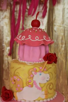 Goldilicious Pinkalicious.......wish I had seen this a few years ago when Baby Girl was in love with these books! And my favourite cake artist still lived around the corner!
