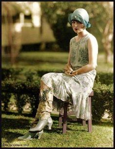 1925 Clara Bow - look at those boots! 1920 Style, Style Année 20, Flapper Style, 1920s Flapper, Flappers 1920s, Vintage Glamour, Vintage Dior, Vintage Mode, Vintage Beauty