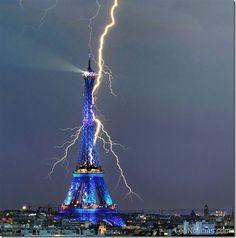 Impactante rayo cae sobre la Torre Eiffel - http://www.leanoticias.com/2011/09/01/impactante-rayo-cae-sobre-la-torre-eiffel/